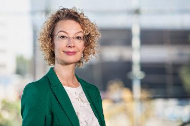 Puolivartalokuva Tytti Tuppuraisesta, joka toimii Eurooppa- ja omistajaohjausministerinä